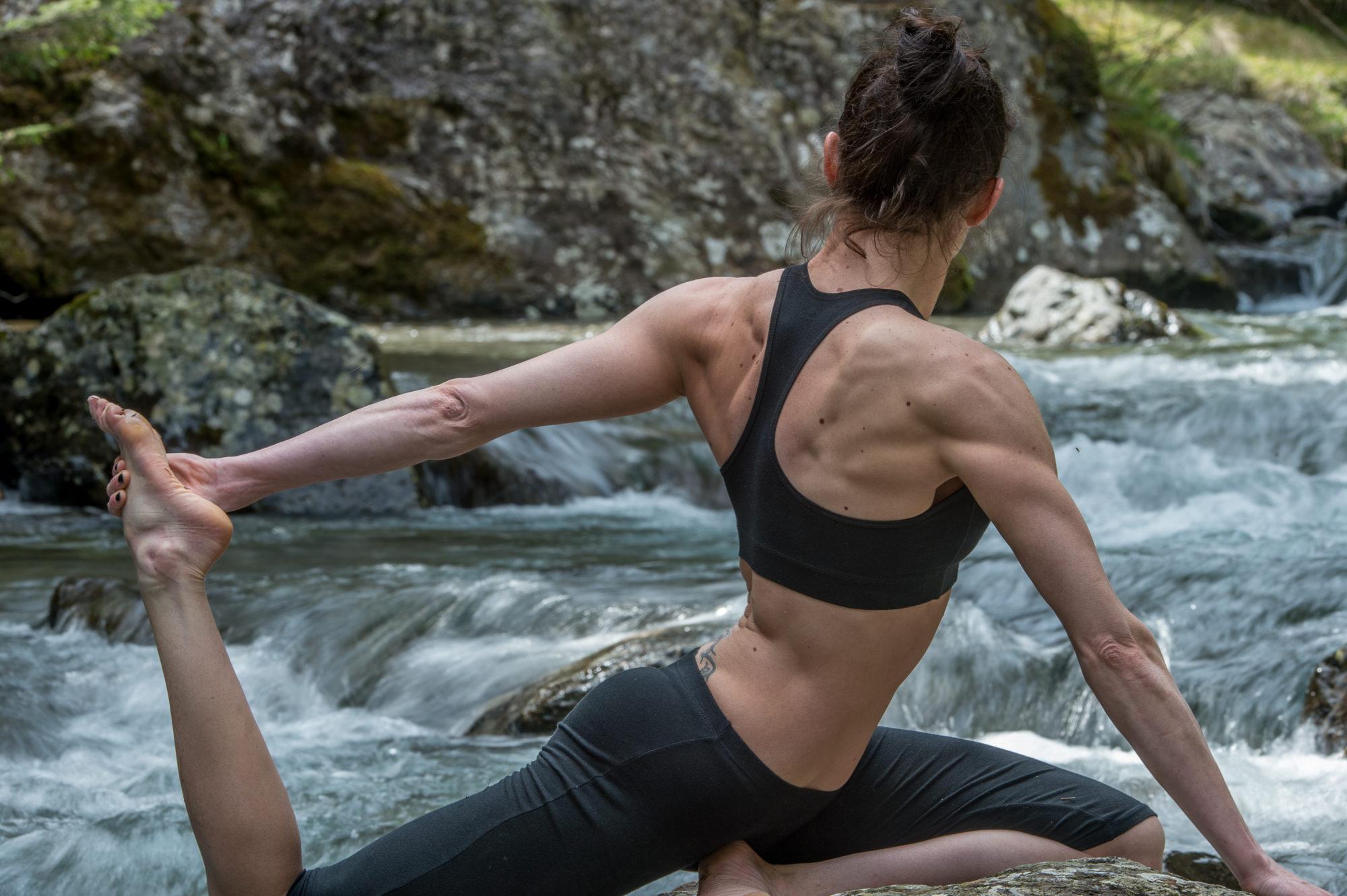 Donna pratica yoga in mezzo alla natura fotografo brescia ottavio