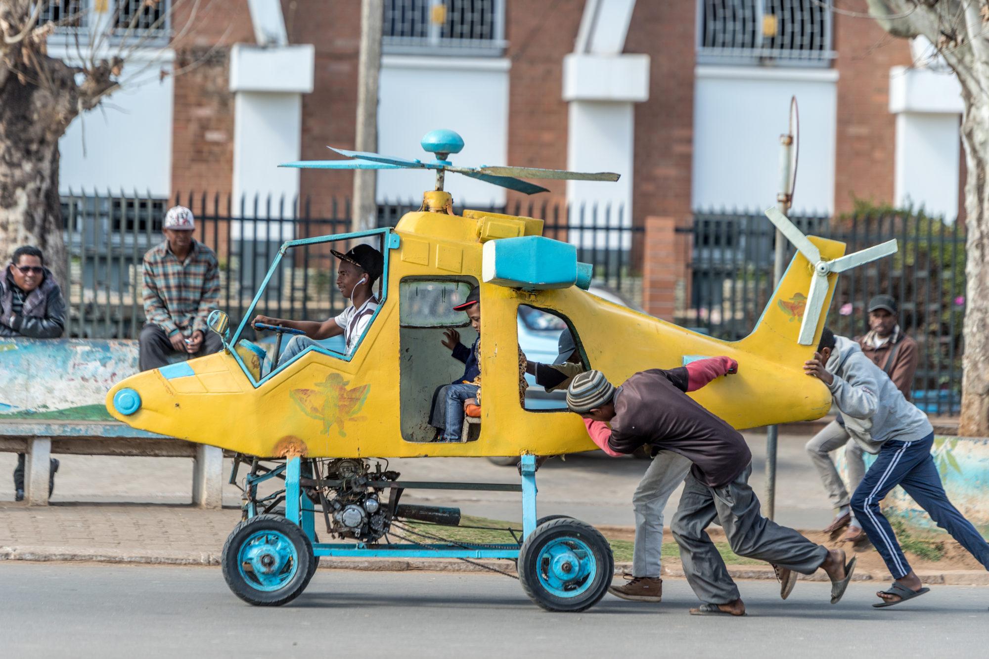 Un Elicottero : Bambino su un elicottero giocattolo trascinato da degli uomini