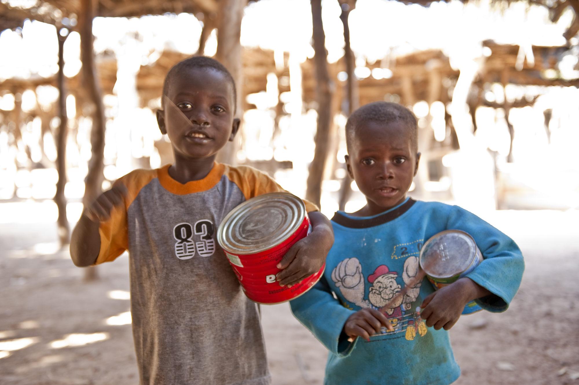 Bambini Che Giocano Con Delle Lattine Fotografo Brescia Ottavio