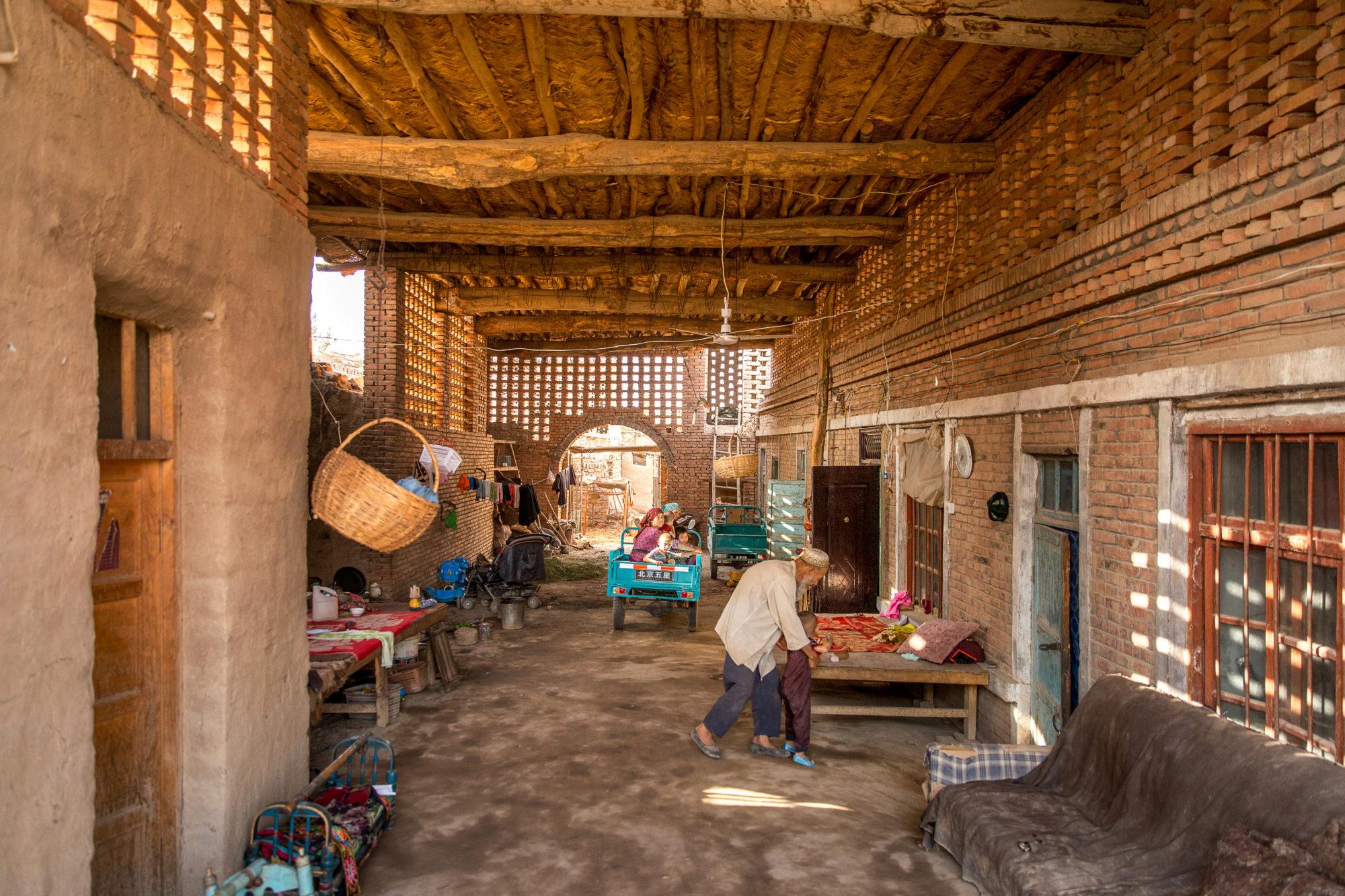 Interni Di Una Casa Di Campagna : Cortile interno di una casa di campagna a turpan fotografo brescia