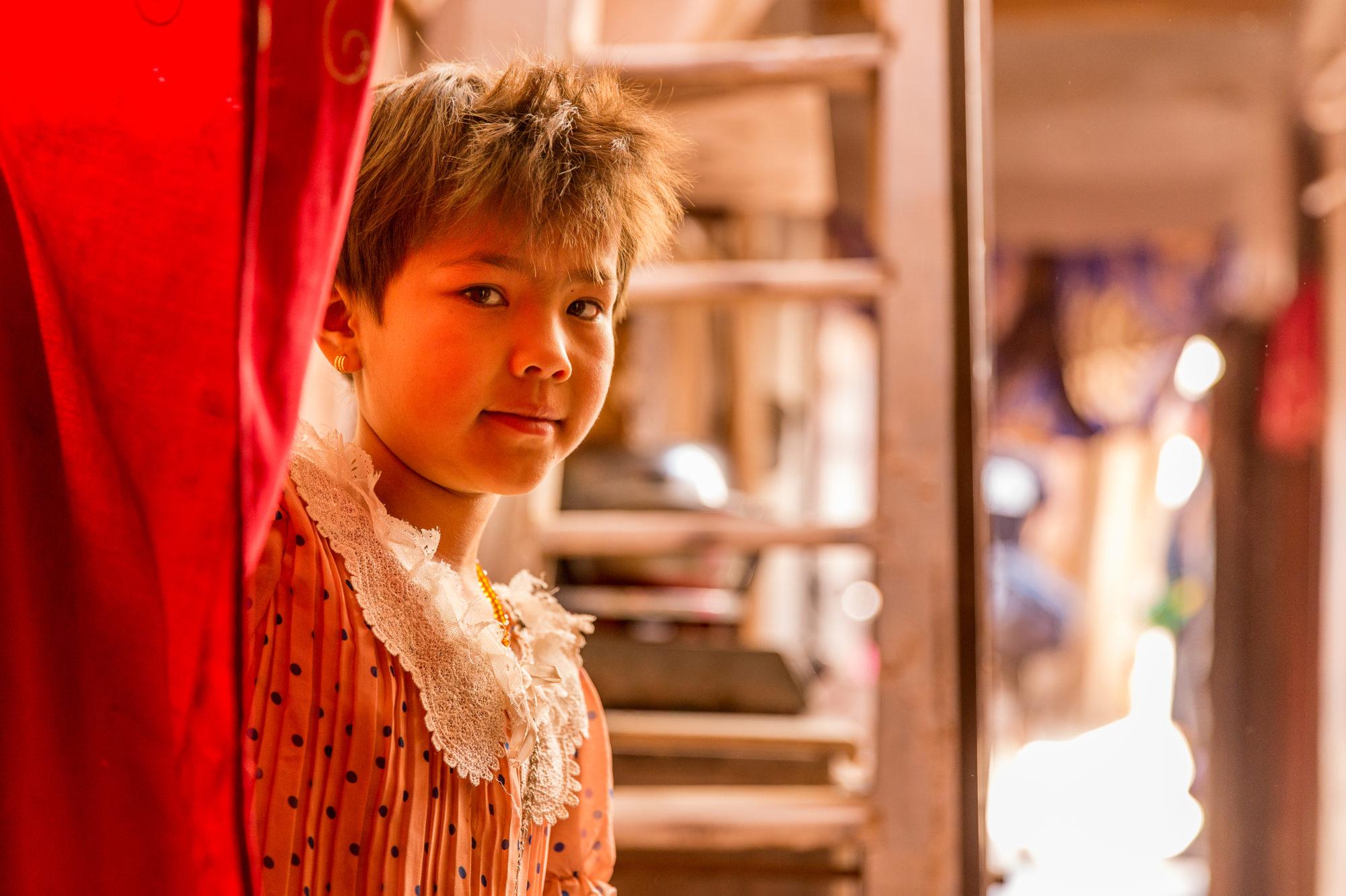 Una bimba all 39 interno di una casa di kashgar fotografo for Interno di una casa